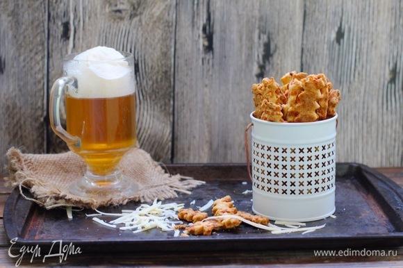 Духовку разогреть до 200°C, выпекать палочки около 10 минут (смотрите по внешнему виду: цвет теста будет золотистым, а кусочки сыра — с более выраженным оранжевым цветом). Охладить и подавать.