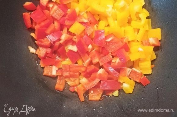 Перец нарезаем кубиками и обжариваем в небольшом количестве оливкового или растительного масла 5 минут на среднем огне. Даже не обжаривать, а пассеровать, чтобы он стал мягким. Может, вам понадобится до 8 минут, но не более. Далее перец сложить в подготовленную заранее кастрюлю.