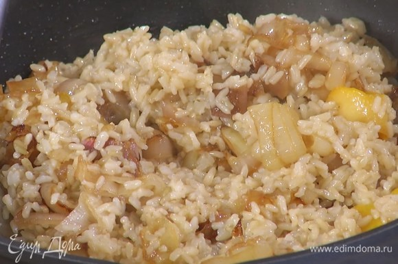 Готовый рис выложить в сковороду с луком, полить лимонным соком, оливковым маслом Extra Virgin и перемешать.