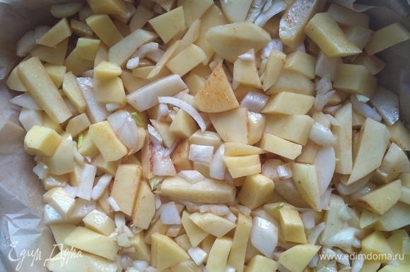 Затем — оливковое масло. Перемешиваем и выкладываем в форму для запекания. Ставим в разогретую до 200°C духовку. Время приготовления — 30 минут.