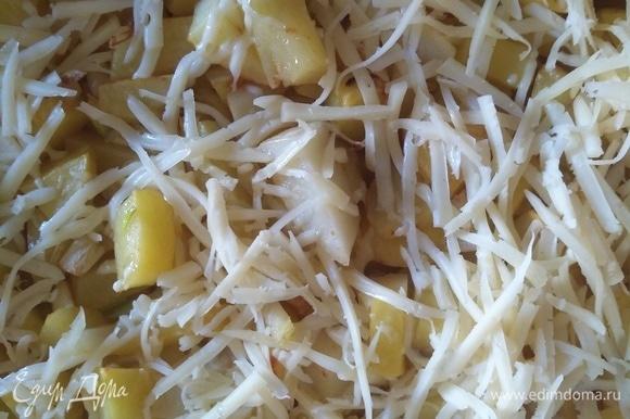 За 5 минут до готовности посыпаем нашу картошечку сыром.