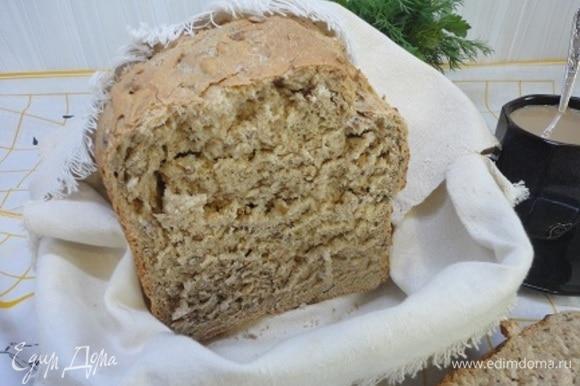 Готовый хлеб накройте полотенцем и оставьте отдыхать минимум на 4 часа.