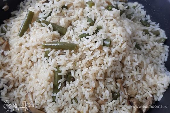 После этого аккуратно добираемся до дна сковороды и проверяем, вся ли жидкость выпарилась. Если все сухо, то собираем наш рис горкой. Сковороду убираем с плиты. Даем отдохнуть еще минут 10. При подаче к столу блюдо можно посыпать любимой зеленью. 🍴Приятного аппетита! 🍴