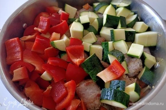 Далее нарезать цукини, болгарский перец. Отправить в сковороду.