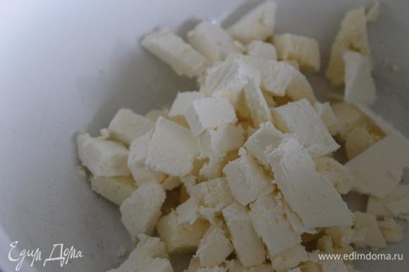 Для основы просеять оба вида муки, добавить щепотку соли и сахарную пудру. Добавить холодное масло, нарезанное кубиками, и растереть руками в крошку. Добавить желток и быстро замесить тесто.