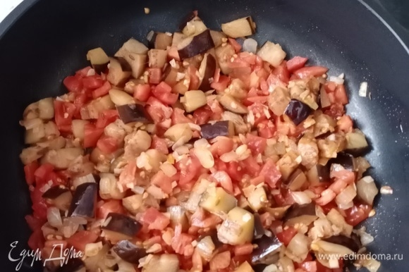 В это время нарезаем мелкими кубиками помидоры (я их предварительно ошпариваю и избавляю от шкурки, но это не обязательно) и добавляем их к овощам в сотейник. Добавляем соль, хорошо перемешиваем, накрываем крышкой, делаем огонь меньше среднего и оставляем тушиться минут на 10, периодически помешивая.