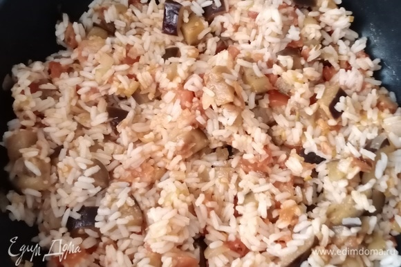 Когда овощи готовы, перемешиваем их с отварным рисом, хорошо прогреваем под крышкой и подаем к столу. Я в тарелки добавила зеленый лук, так как забыла добавить во время готовки, и оливки. Приятного аппетита!