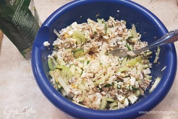 Добавить вареный рис, все смешать и заправить майонезом по вкусу.
