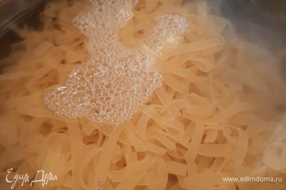 В подсоленной воде отвариваем лапшу для лагмана до состояния альденте, важно не переварить ее. В готовую лапшу можно добавить пару капель растительного масла, чтобы она не слипалась.