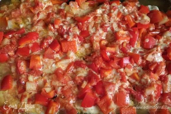 Разогреть духовку до 180°C. Форму накрыть фольгой и поставить в духовку на 20 минут. Снять фольгу и поставить обратно на 15 минут. Курица готова. Приятного аппетита!