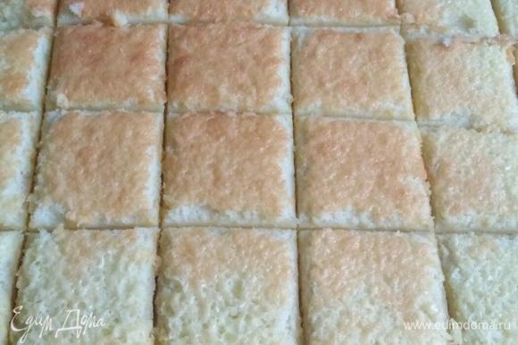 Готовое печенье достать из духовки и горячим нарезать на порционные куски.