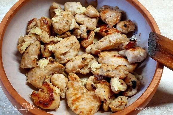 На дно формы для запекания выложить индейку. Посыпать тертым чесноком, специями и солью.