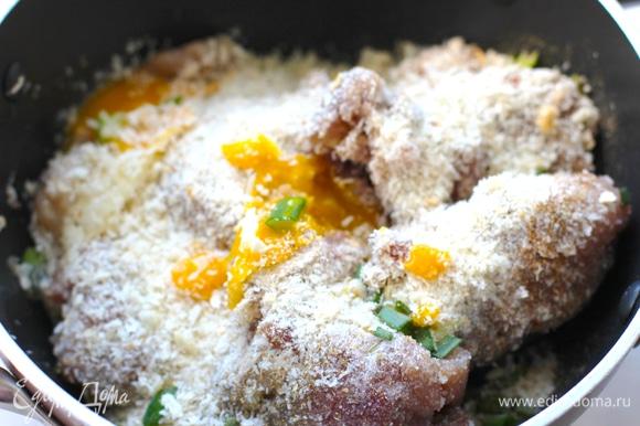 Смешайте в тарелке мясной фарш, яйцо, панировочные сухари, соль, перец красный и черный, чеснок, 2 стебля зеленого лука и все перемешайте.