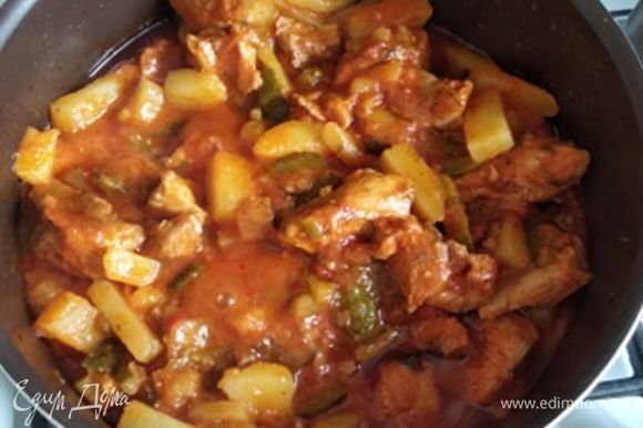 Добавляем картошку к индейке и доводим до готовности. Выключаем газ и оставляем под крышкой минут на 15 отдохнуть и дать картошке пропитаться ароматами и вкусами. Азу готово. Приятного аппетита!