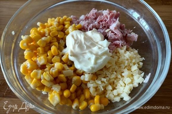 Далее готовим начинку для пирога. Она может быть разнообразной — все, что вам нравится. У меня — кукуруза, сыр, ветчина и немного майонеза.