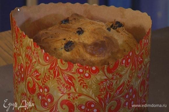 Охлажденное тесто разложить в формы для куличей и выпекать в разогретой духовке 25‒30 минут.