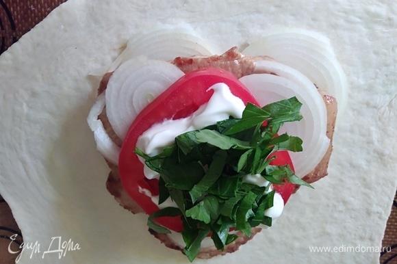 На помидор — шедрую ложку сметаны и зелень.