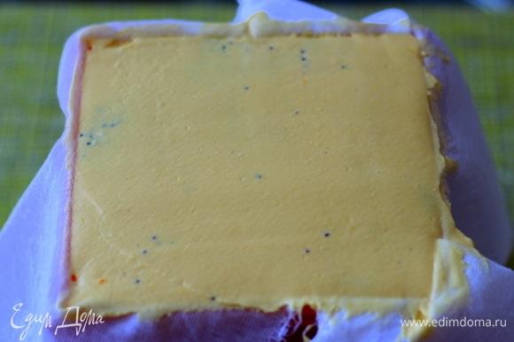 Сверху закрываем желтой массой и хорошо выравниваем, очень удобно это делать широким мокрым ножом. Закрываем донышко свисающими частями нашей ткани.