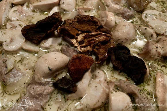 Белые сухие грибы наполнят мясо невероятным ароматом и вкусом. Грибы я не вымачиваю. Все — под крышку, готовим на тихом огне минут 25–30.