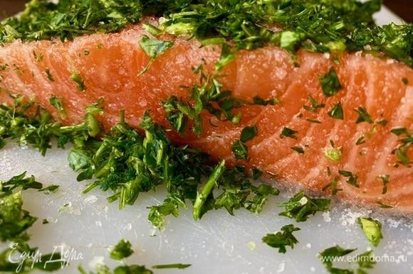 Всю зелень — в блендер, перебить. Соль смешать с сахаром, натереть хорошо рыбу (соль указана в столовых ложках без горки!).