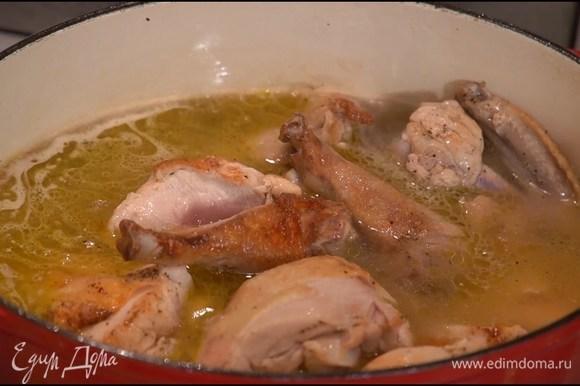 Разогреть в тяжелой кастрюле с толстым дном 1 ст. ложку сливочного и оливковое масло и обжаривать мясо со всех сторон до появления золотистой корочки, затем влить куриный бульон, накрыть крышкой и готовить 30‒40 минут.