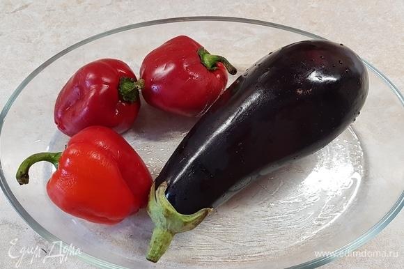 Овощи вымыть, обсушить и поставить запекаться в духовку до готовности.