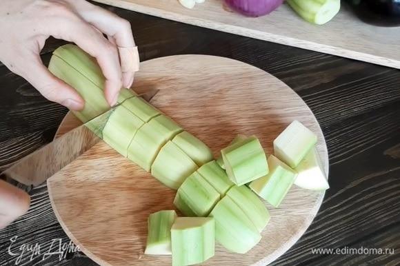 Нарезаем крупными кусочками кабачки, баклажан, перец и красный лук.