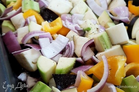 Кладем овощи в форму для запекания, солим и перчим.