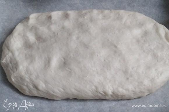 Выложить на противень, застеленный пергаментом. Придать овальную форму. Толщина лепешки — 1,5–2 см. Накрыть полотенцем. Дать подняться в течение 30 минут.