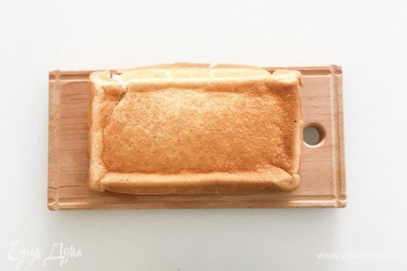 Достать бисквит из духовки, остудить, перевернуть и вынуть из формы, убрать в холодильник на ночь.