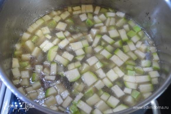 Посолить, поперчить, добавить тимьян и чабер и варить на медленном огне 10 минут.