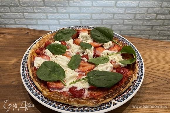 За 1–2 минуты до конца выпекания теста (тут вы должны ориентироваться на жар своей духовки) достаем тесто, сверху выкладываем клубнику, а на нее выкладываем страчателлу. Красный острый перец горошком измельчаем в ступке и слегка посыпаем пиццу. Ставим в духовой шкаф буквально на полторы минуты.
