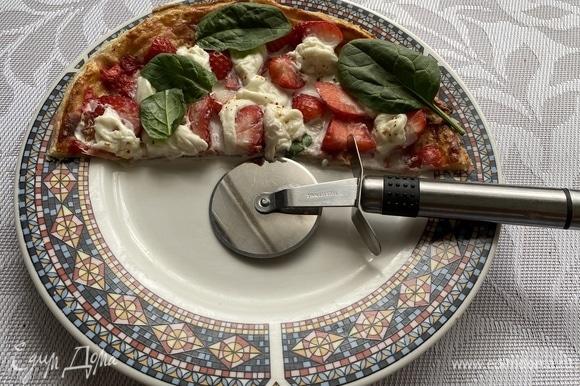 Достаем пиццу из духовки, перед подачей на пиццу кладем несколько листочков базилика. Также прекрасно дополнить вкус этого блюда может бальзамический соус. Используйте по вкусу.