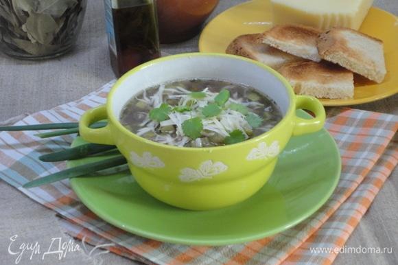 Готовый суп слегка размять толкушкой для картофеля, но не до состояния пюре. При подаче полить любимым ароматным маслом, посыпать тертым пармезаном и зеленью петрушки.