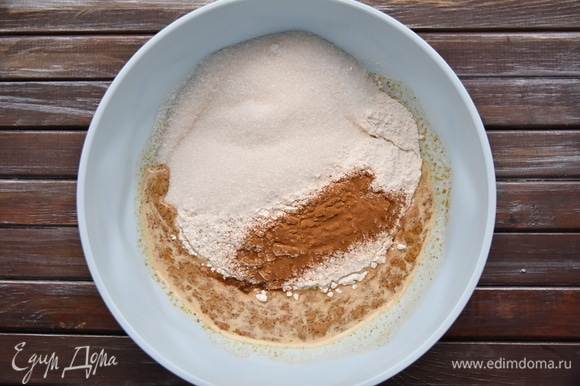 Просеять муку. Всыпать сахарный песок и корицу.