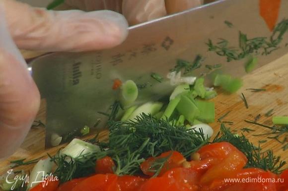 Укроп и зеленый лук мелко порубить.