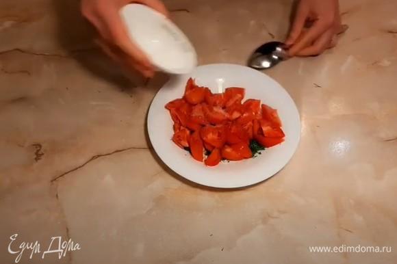 Посыпаем помидоры сахаром (для усиления вкуса помидоров). В летнее время это необязательно делать, если помидоры имеют насыщенный вкус. Далее посыпаем их солью, перцем, специями по вкусу.