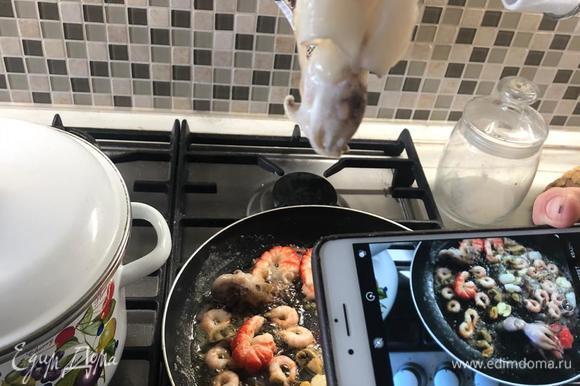 Повторяем процедуру с креветками, осьминогом и морским коктейлем. В это же время нарезаем багет, отправляем в разогретую духовку, готовим до золотистой корочки. Это будут наши крутоны.