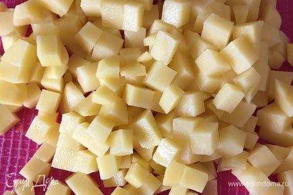 Нарезаем картофель на ваше усмотрение (мне захотелось кубиками) и добавляем к нашим овощам, томим пару минут, добавляем горох, все перемешиваем, томим еще пару минут и добавляем воду до полной кастрюли (у меня трехлитровая кастрюля).