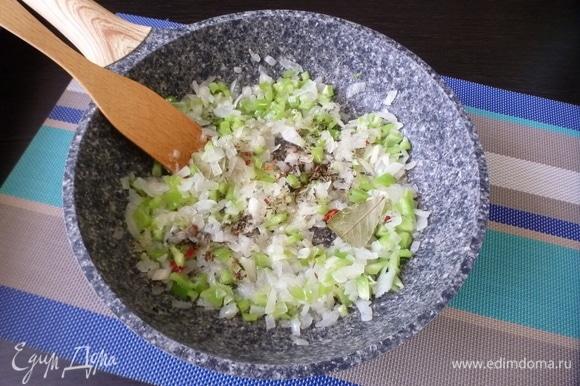 Добавить специи и готовить 1 минуту.