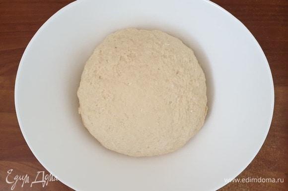 Тесто накрываем и убираем в теплое место. На ряженке оно подходит очень быстро, 30–40 минут.