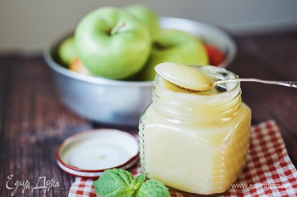 Из 1 кг яблок получается примерно 500 г пюре. Храните в холодильнике в герметичной таре до 7 дней. Также пюре можно заморозить и хранить в морозильной камере. Замораживайте порционно, чтобы при необходимости не пришлось размораживать весь запас (или не пытаться отколоть от него кусок).