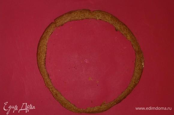 Срезаем боковую часть коржа по кругу (толщина срезанной части должна быть 5 миллиметров).