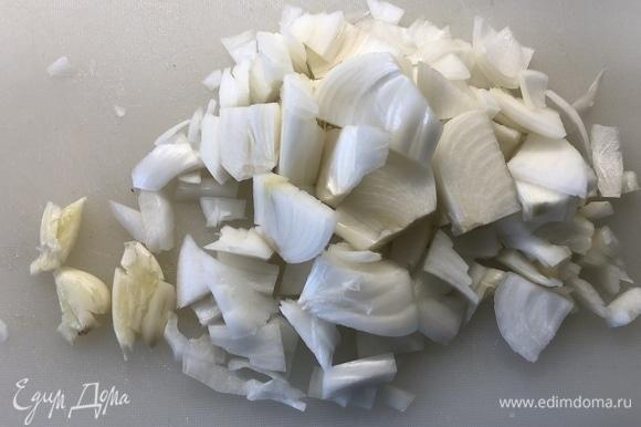 3 дольки чеснока давим, лук режем полукольцами.