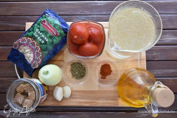 Подготовить продукты. Заранее сварить бульон. Он может быть рыбным, овощным или куриным. При его отсутствии можно использовать обычную воду. Так как томаты консервированные использую целиком, предварительно снимаю с них шкурку и нарезаю.