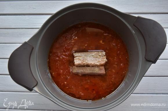Добавить консервированный тунец со всем содержимым банки и измельченные томаты. Довести до кипения и потомить суп 5 минут.