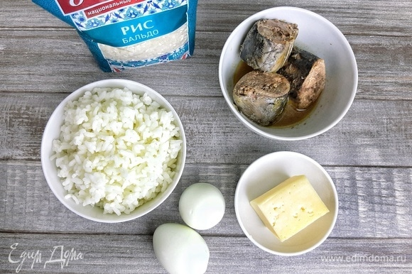 Отвариваем рис в подсоленной воде до готовности. Также отвариваем два яйца.