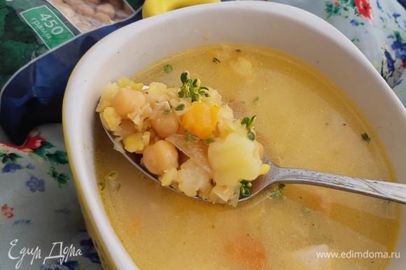 Когда суп будет полностью готов, добавить сваренный нут ТМ «Националь», пассерованные овощи, специи и свежий тимьян. Из такого супа можно сделать суп–пюре. Я же просто добавила плавленый сыр.