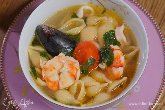 Разлить суп в тарелки, сбрызнуть оливковым маслом Extra Virgin.