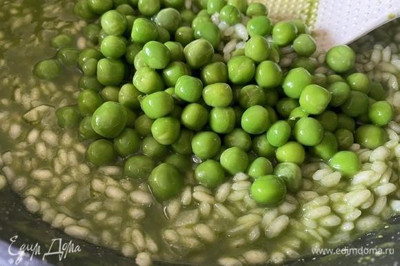 Добавить зеленый горошек. Когда весь бульон впитается, добавить натертый на мелкой терке пармезан, перемешать. Подавать горячим, украсив веточкой мяты. Приятного аппетита!